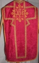 Ornement rouge 2 : chasuble, étole, manipule, voile de calice