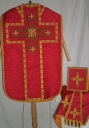 Ornement rouge : chasuble, étole, voile de calice, bourse de corporal